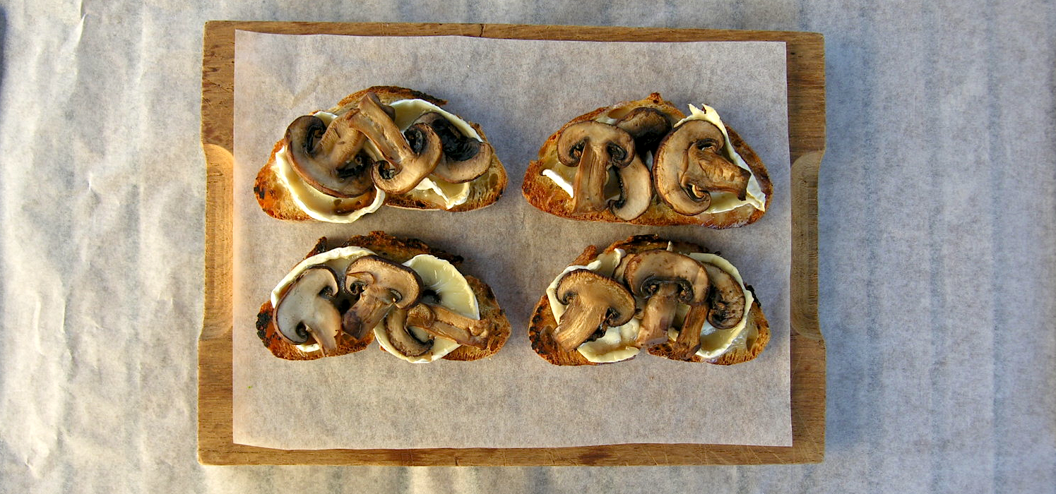 Oud brood. Of: bruscetta met warme geitenkaas en in witte wijn gestoofde paddenstoelen