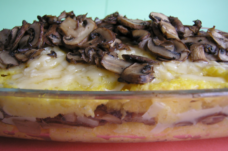 Gebakken polenta met champignons en parmezaanse kaas