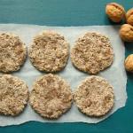 Maaltijdkoeken van gekiemde tarwe, dadels en walnoten