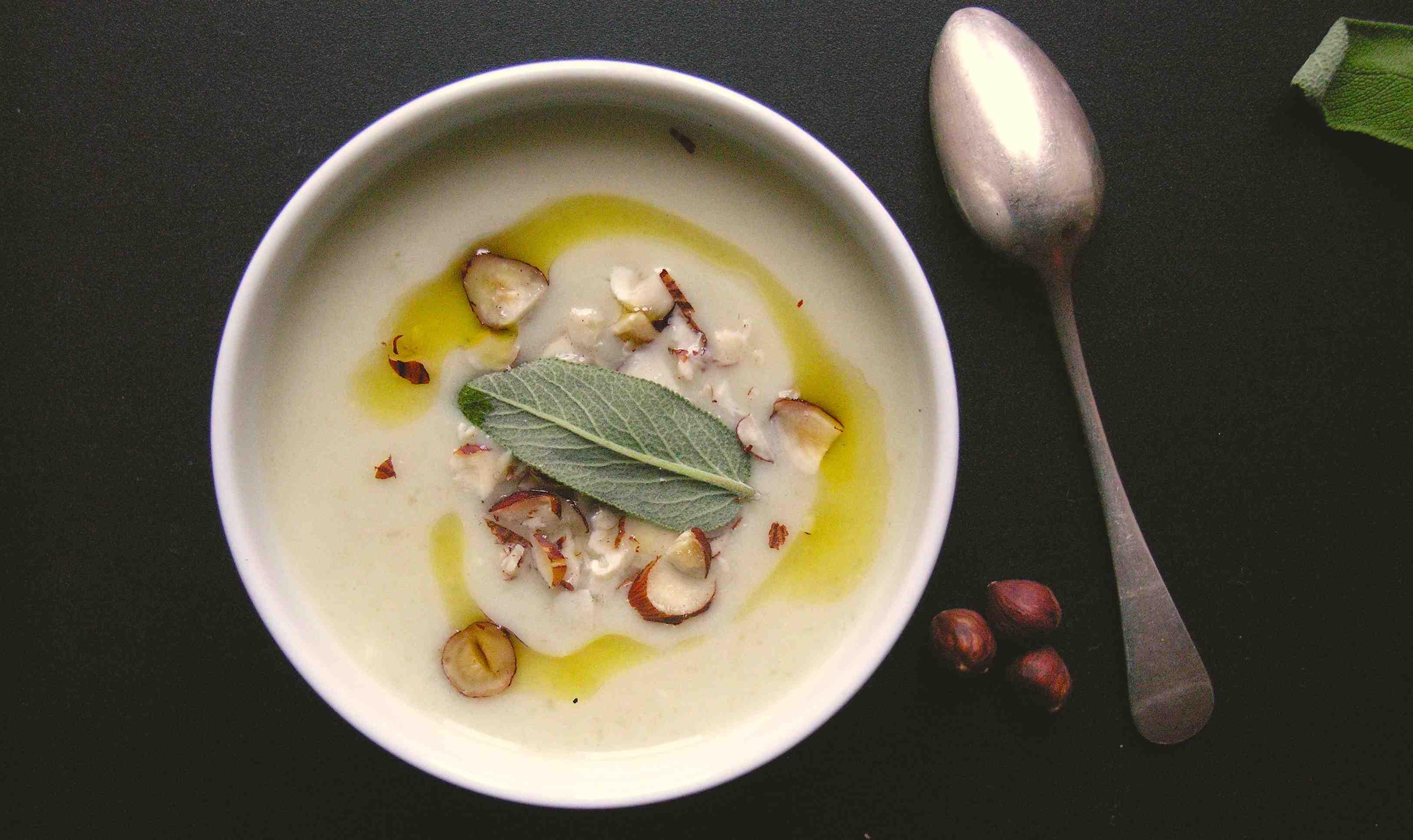 Romig soepje van aardpeer, salie en hazelnoten