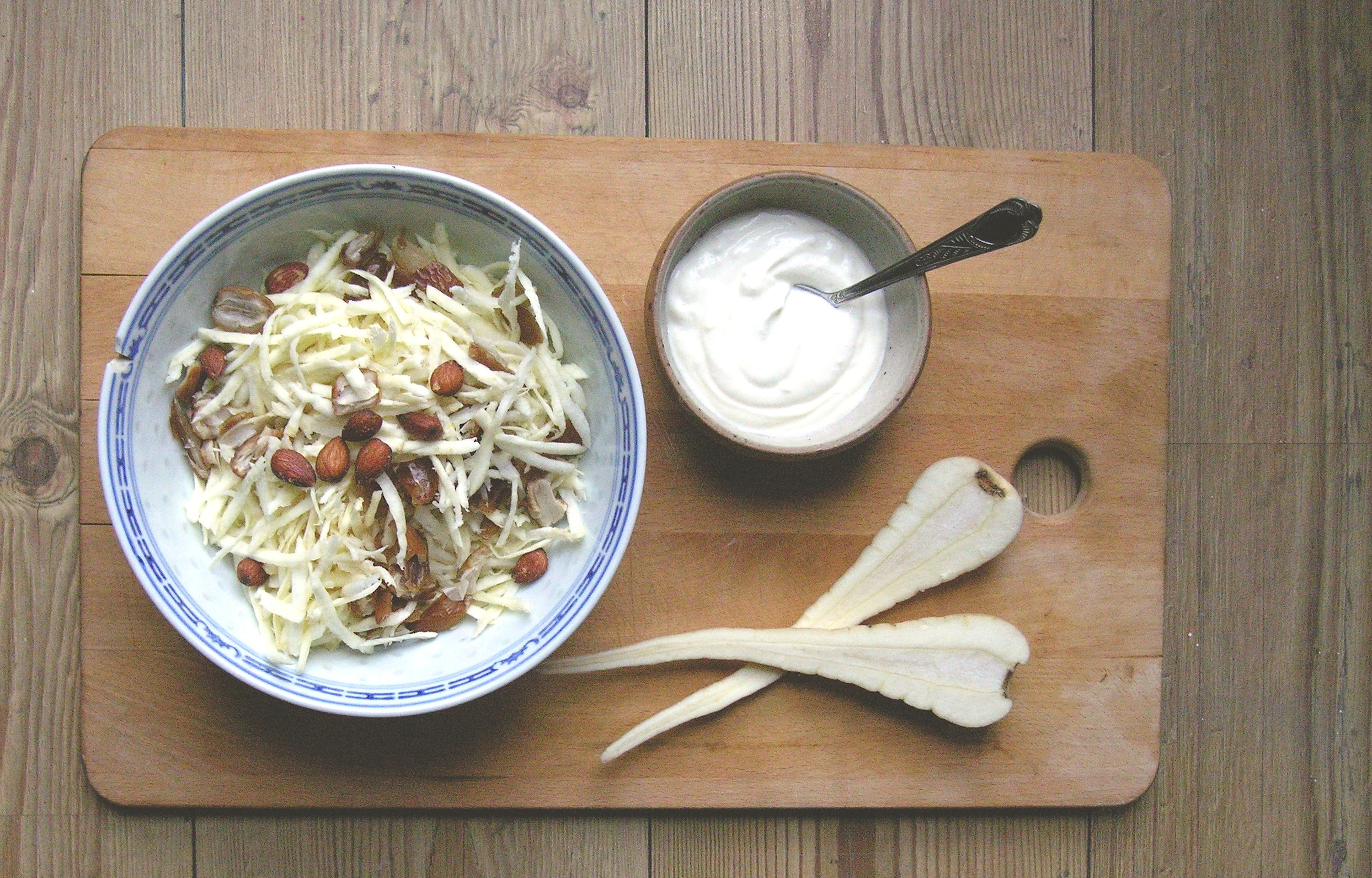 Pastinaak salade met dadels en gerookte amandelen