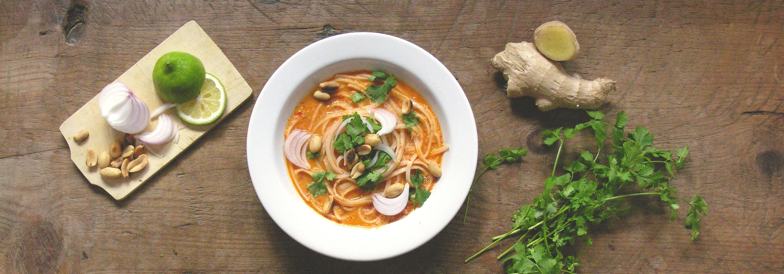 Thaise curry-soep met pad thai noedels en verse koriander