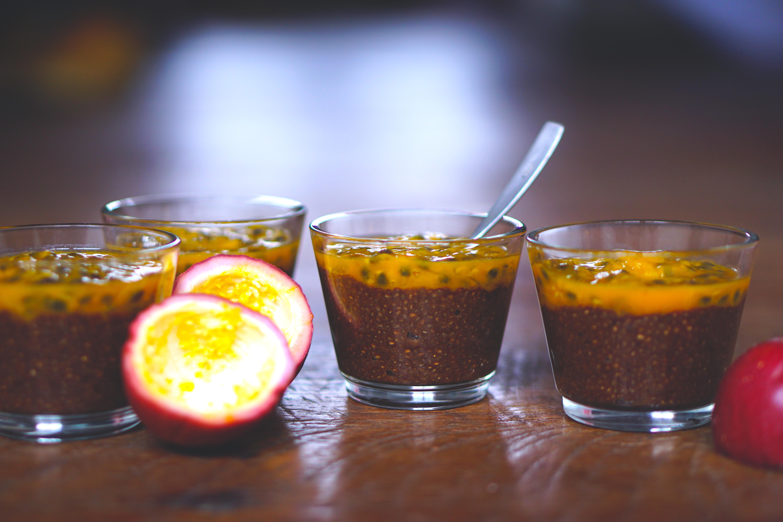 Skinny Toetje van passievrucht, chiazaad, kokoswater en carob