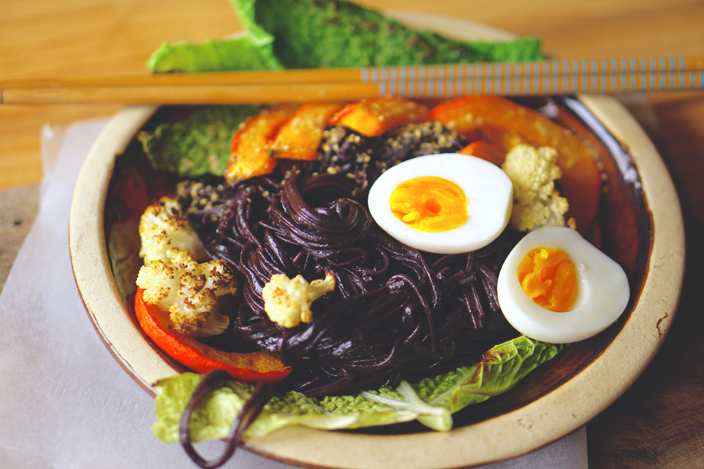 Rijstnoedels met geroosterde groenten en een gekookt eitje