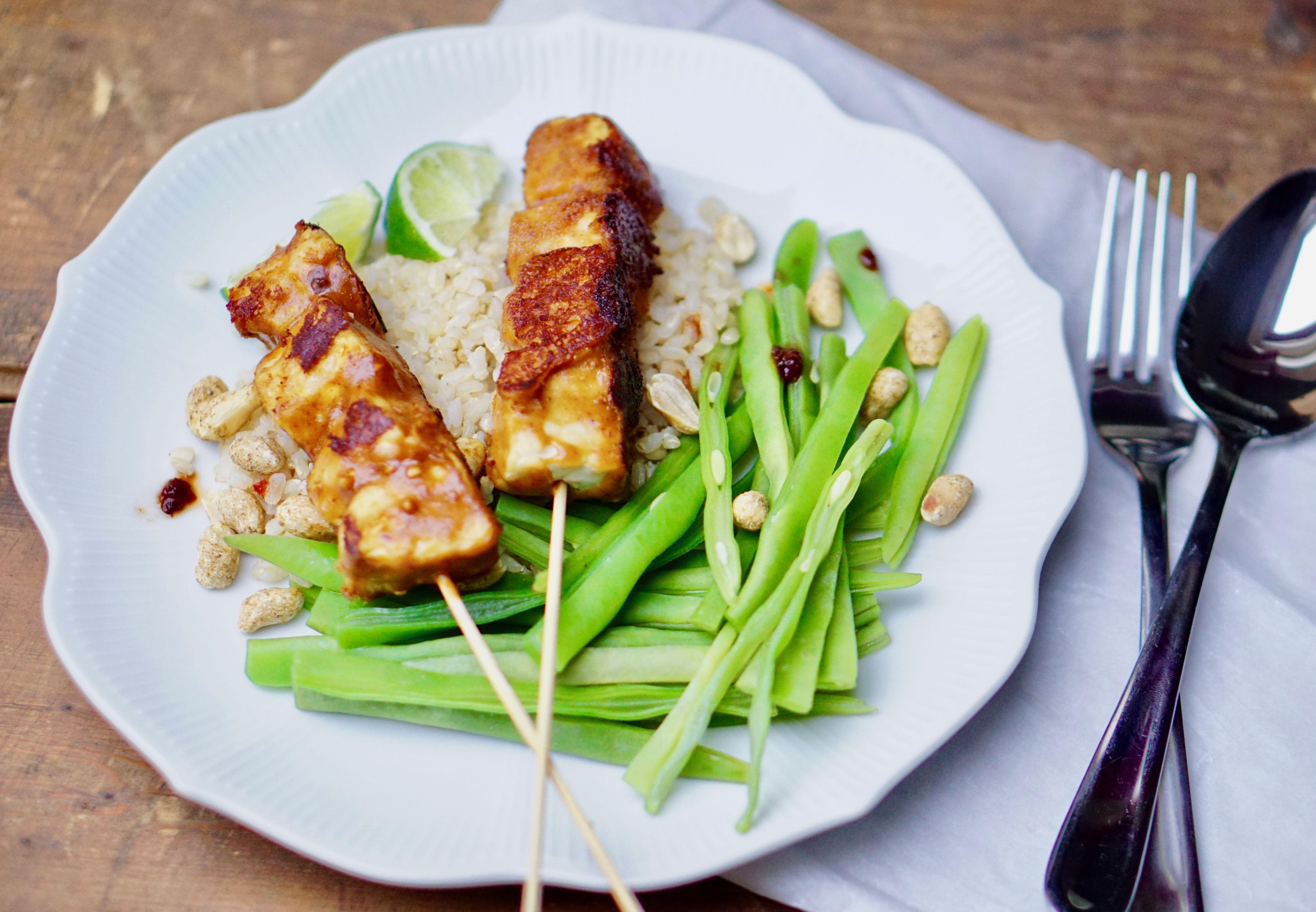 Tempeh-saté met rijst en boontjes