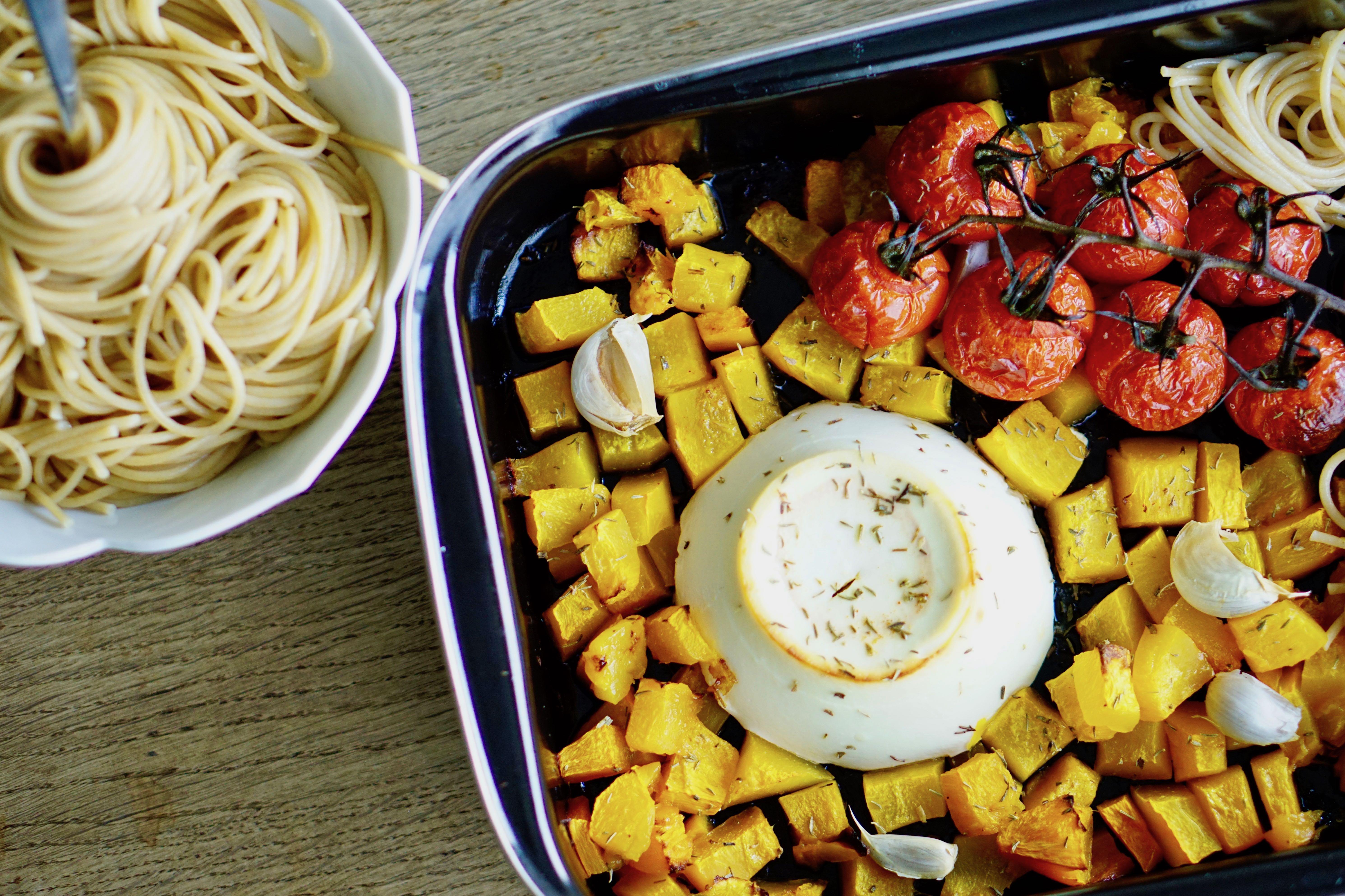 Butternut, ricotta en trostomaatjes uit de oven met volkoren spaghetti en gepofte knoflook