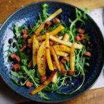 Salade met koolraap en vegetarische spekjes