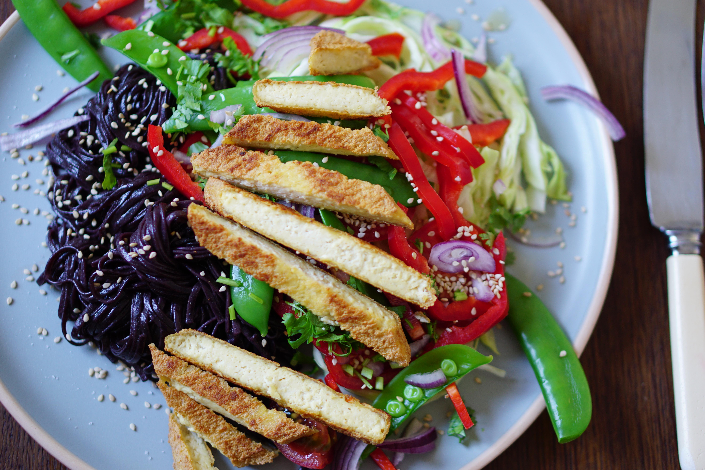 Zwarte rijst noedels, sesam-salade en Japanse braadfilets