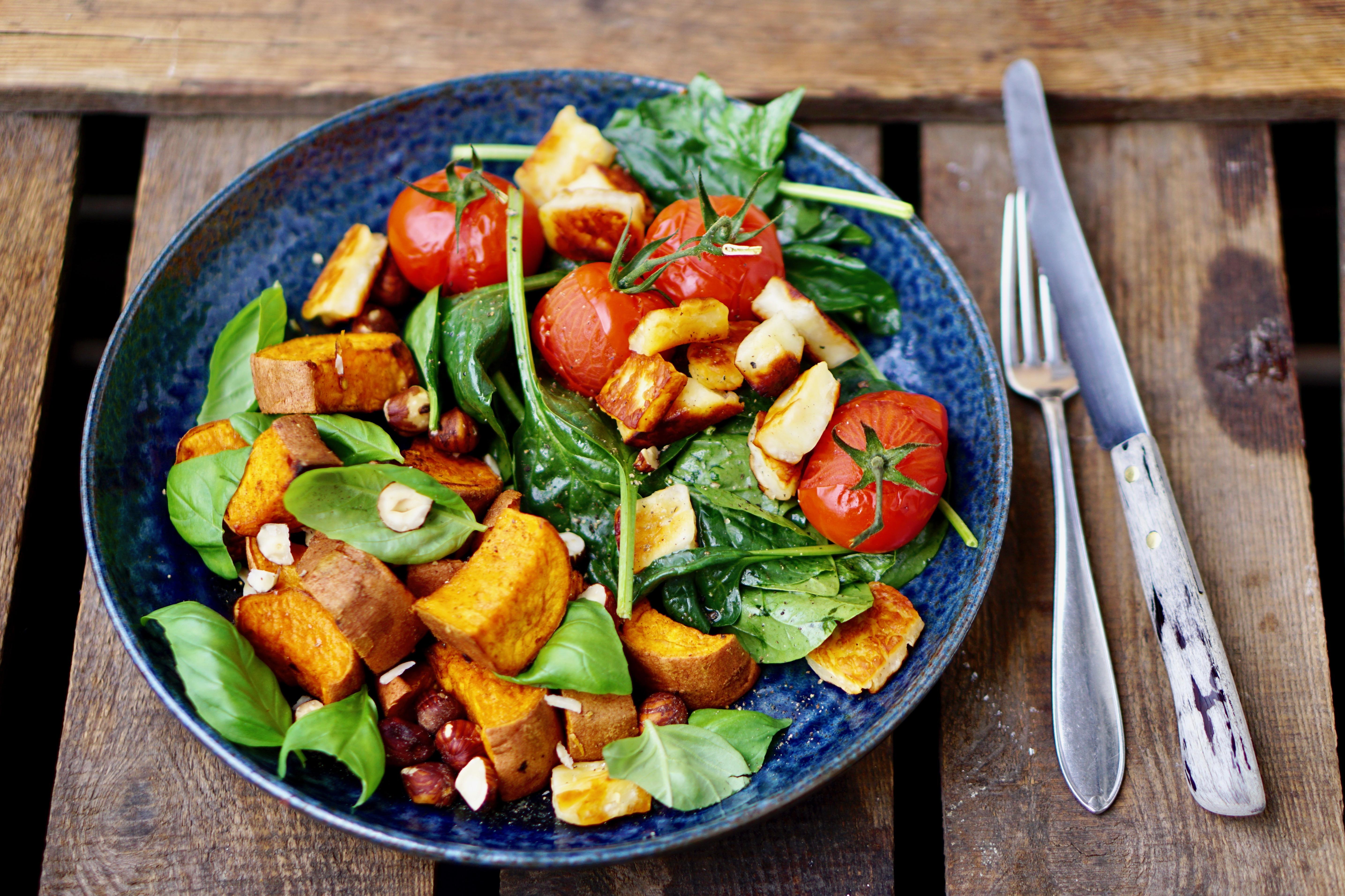 GEROOSTERDE BATAAT MET BASILICUM EN HAZELNOTEN   en een spinazie salade met haloumi