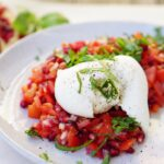 TOMAAT-GRANAATAPPEL-PUNTPAPRIKA SALADE| met buffelmozzarella en verse basilicum