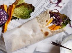 Super gezonde veggiewraps met knapperige savooiekool, zoete aardappel, verse rode kool en een pittig knoflook&gember-yoghurtsausje