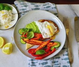 PAASBRUNCHBROODJE | naan met knoflook-citroen ricotta, gegrilde groenten en een gepocheerd eitje