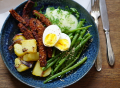 Goed gemarineerde tempeh met boontjes, aardappelen en zoetzure komkommer