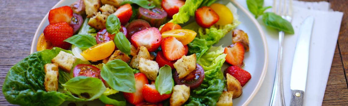 AARDBEIEN EN BASILICUM   in een super zomerse salade