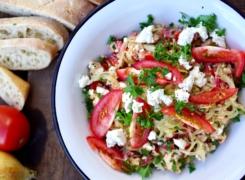 Uien salade | in witte wijn gestoofde uienringen met tomaat, feta en peterselie