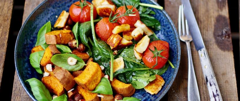GEROOSTERDE BATAAT MET BASILICUM EN HAZELNOTEN | en een spinazie salade met haloumi