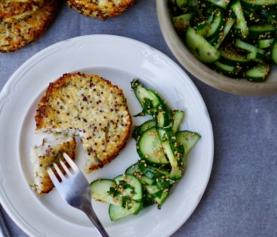 BLOEMKOOL QUINOA PATTIES | met sesam komkommersalade