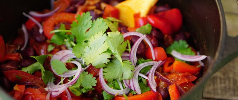 VEGAN GOULASH | smokey vegan variant op Hongaarse klassieker