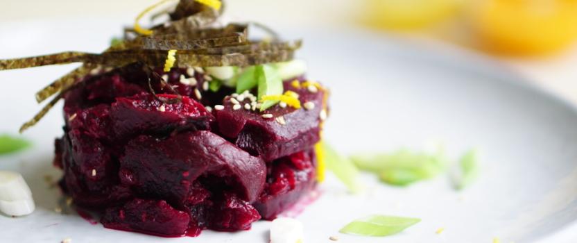 KERST VOORGERECHT| tartaartje van gepofte biet met zesty gember-misomarinade, nori en sesamzaadjes