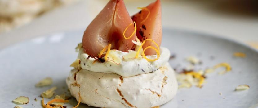 KERSTDESSERT | mini hazelnootpavlova's met kardemom-sinaasappel slagroom en gluhwein stoofpeertjes