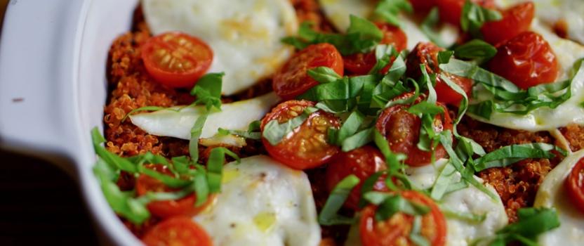 QUINOA CAPRESE | heerlijk ovengerecht met quinoa, tomaat, flespomoen en mozzarella