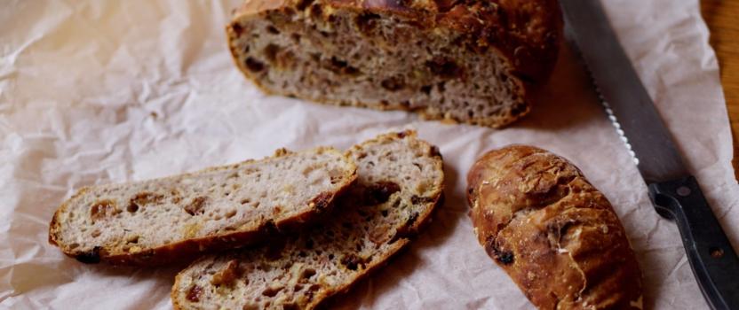 WALNOOT-ROZIJNENBROOD| met de makkelijkste broodtechniek. ooit.