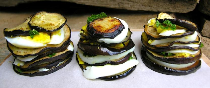 Auberginestapeltjes met ei en peterselie
