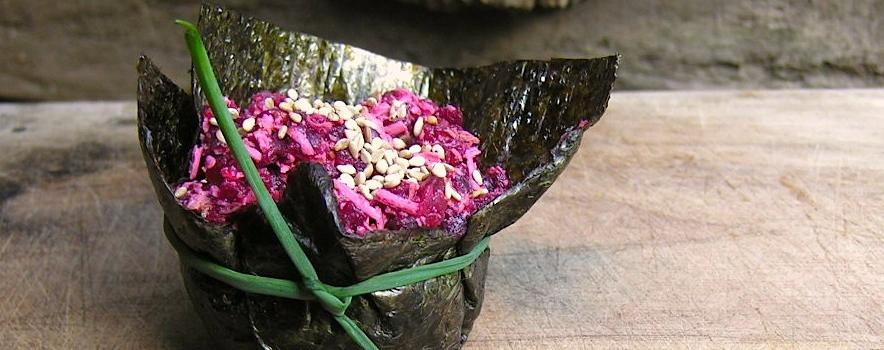 Mousse van rode biet met gerookte tofu en wasabi in een kuipje van nori