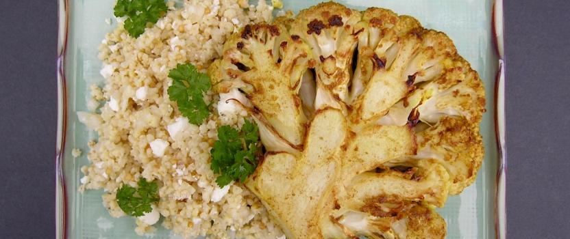Bloemkoolsteaks met een salade van gierst en feta