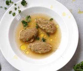 Zoete aardappel en pastinaak dumplings met walnoten, gegaard in misosoepje