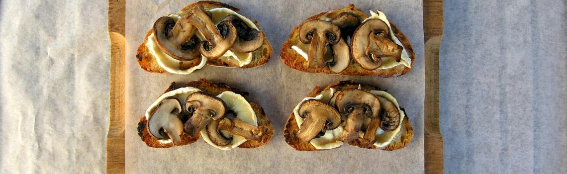 Oud brood. Of: bruscetta met warme geitenkaas en in witte wijn gestoofde paddenstoelen