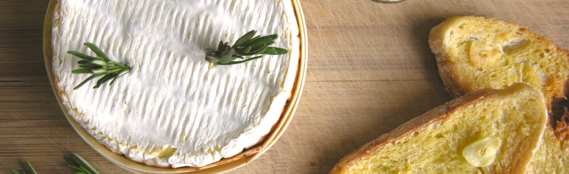 Camembert uit de oven met zelfgemaakte knoflooktoastjes