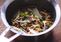 Lekker makkelijk eenpansgerecht met zilvervliesrijst en paddenstoelen