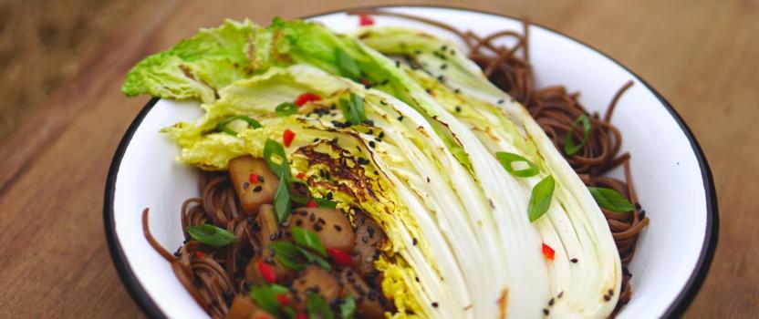 Sticky aubergine en gebakken Chinese kool met noedels