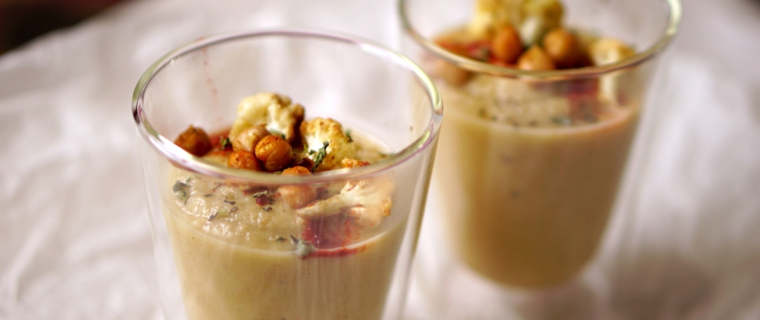 Geroosterde bloemkool soep met kikkererwten en zoete aardappel