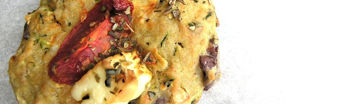 Hartige courgettekoeken met feta en olijven