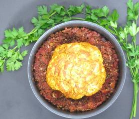 Gemarineerde geroosterde bloemkool in een saus van linzen, tomaten en abrikozen