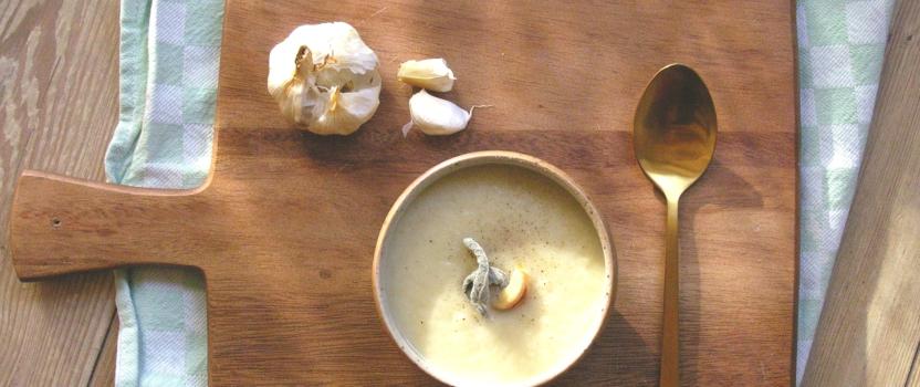 Warm soepje van gepofte knoflook en pastinaak