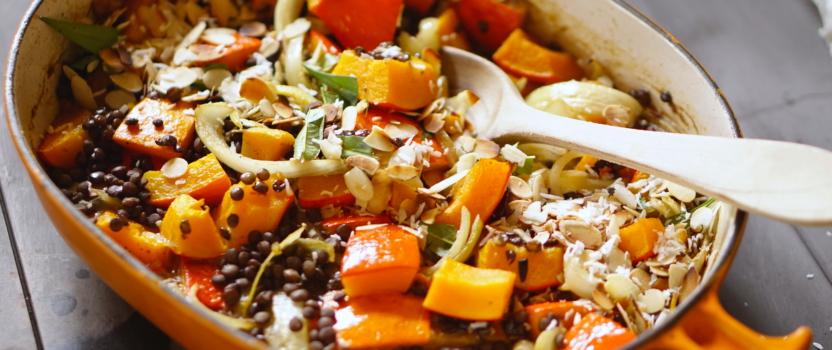 Vegan ovenschotel van kokos-curry geroosterde pompoen en linzen