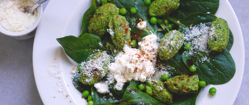 Maaltijdsalade met gnocchi van erwtjes, spinazie huttenkase