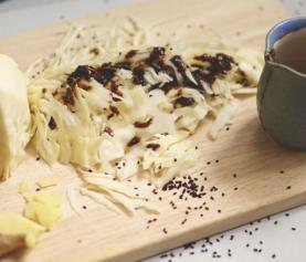 Super knapperige sappige in miso gemarineerde koolsalade