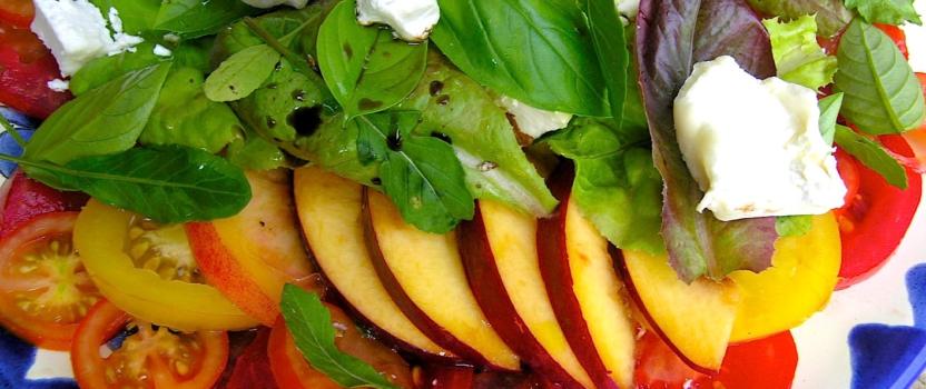 Simpele salade met nectarine en geitenkaas