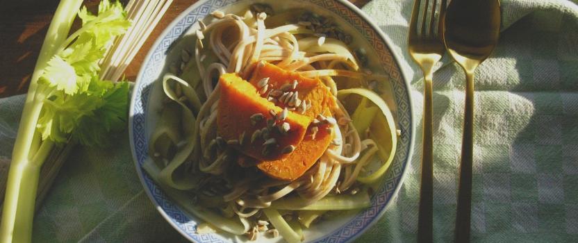 Boekweitnoodles met bleekselderij, zoete aardappel en geroosterde zonnebloempitjes
