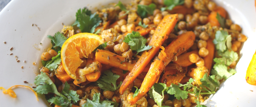 Salade van geroosterde wortel en kikkererwten, met verse koriander en sinaasappel-komijn vinaigrette