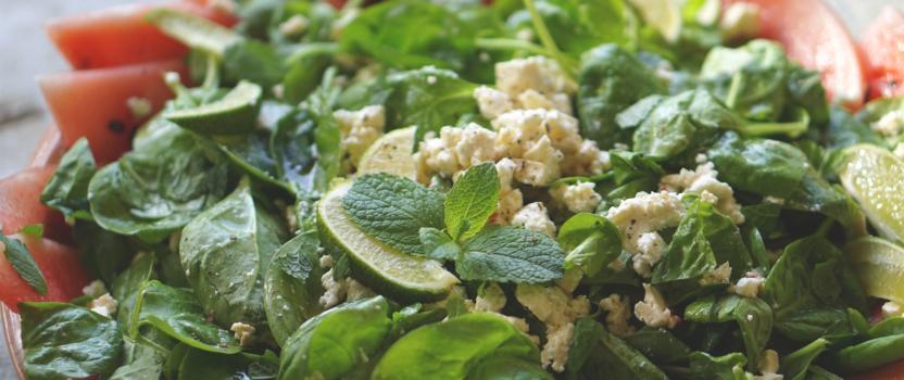 Zomerse salade van watermeloen, verse spinazie, feta, munt en limoen