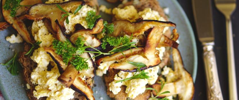 Tofu scrambled eggs met crispy shiitake